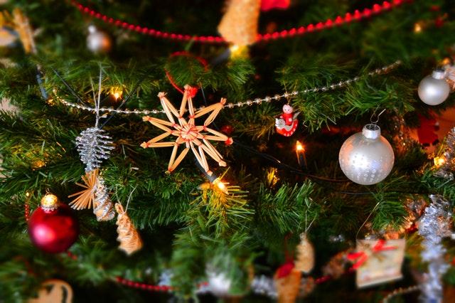 Πώς να επιβιώσετε τα Χριστούγεννα αν είστε μόνοι